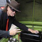 Vor der Fahrt zum Musical 'Hinterm Horizont' checkt Udo Lindenberg Double Karsten Bald den Trabbi-Motor