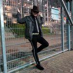 Cool und lässig am Zaun: Udo Lindenberg Double Karsten Bald 2011 in der Esprit-Arena in Düsseldorf