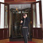 Vor der Tür zum weißen Schloss: Udo Lindenberg Double Karsten Bald vor dem Atlantic Hotel in Hamburg