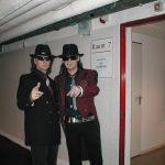 Der echte Udo Lindenberg und sein Double Karsten Bald backstage kurz vor dem legendären gemeinsamen Auftritt in der Dortmunder Westfalenhalle 2004