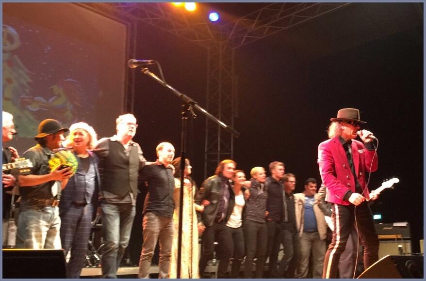 Das Finale von Weihnachten a la Panik 2017, Bild 3 / 4: Alle auf der Bühne zusammen mit Udo Lindenberg Double Karsten Bald